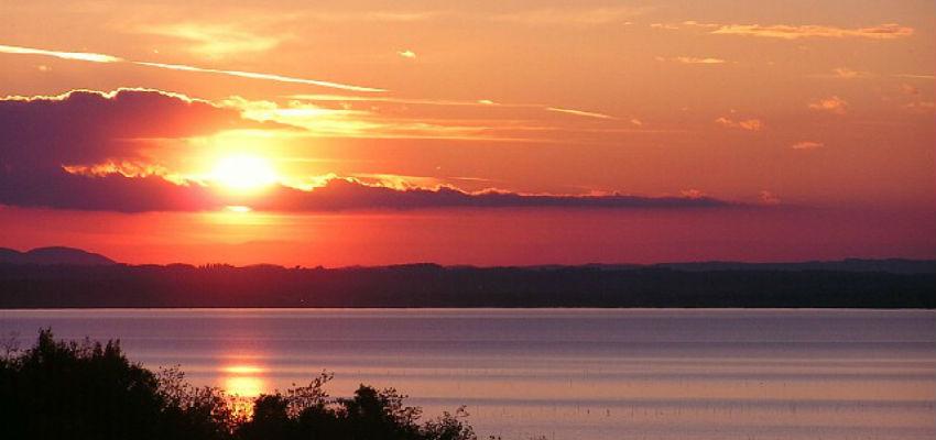 Nyd varmen og solen omkring søen