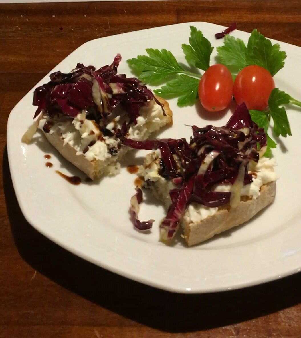 Fyldig bruschetta med gorgozola og radicchio kål