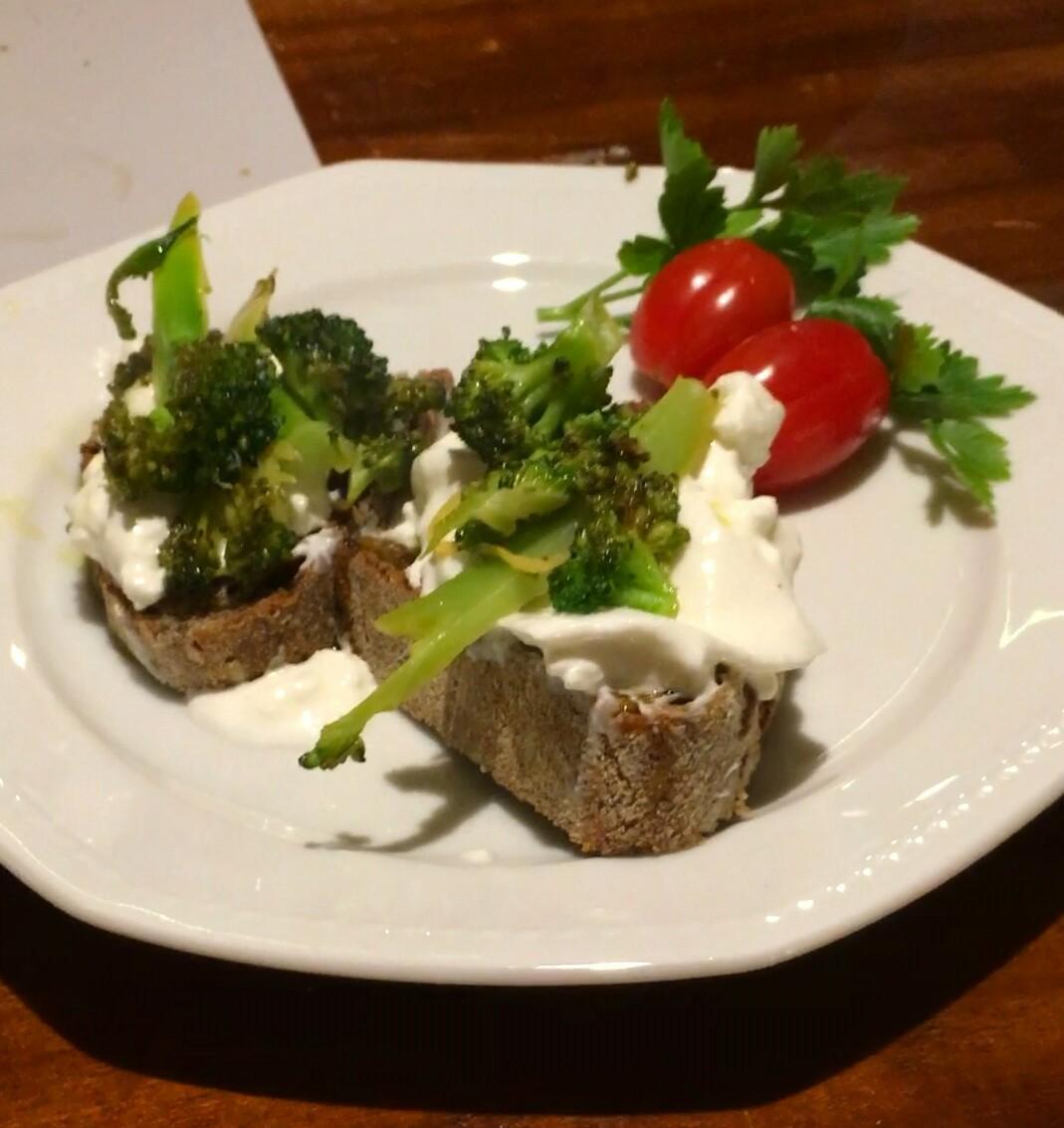 Lækker bruschetta ret med Burrata og broccoli