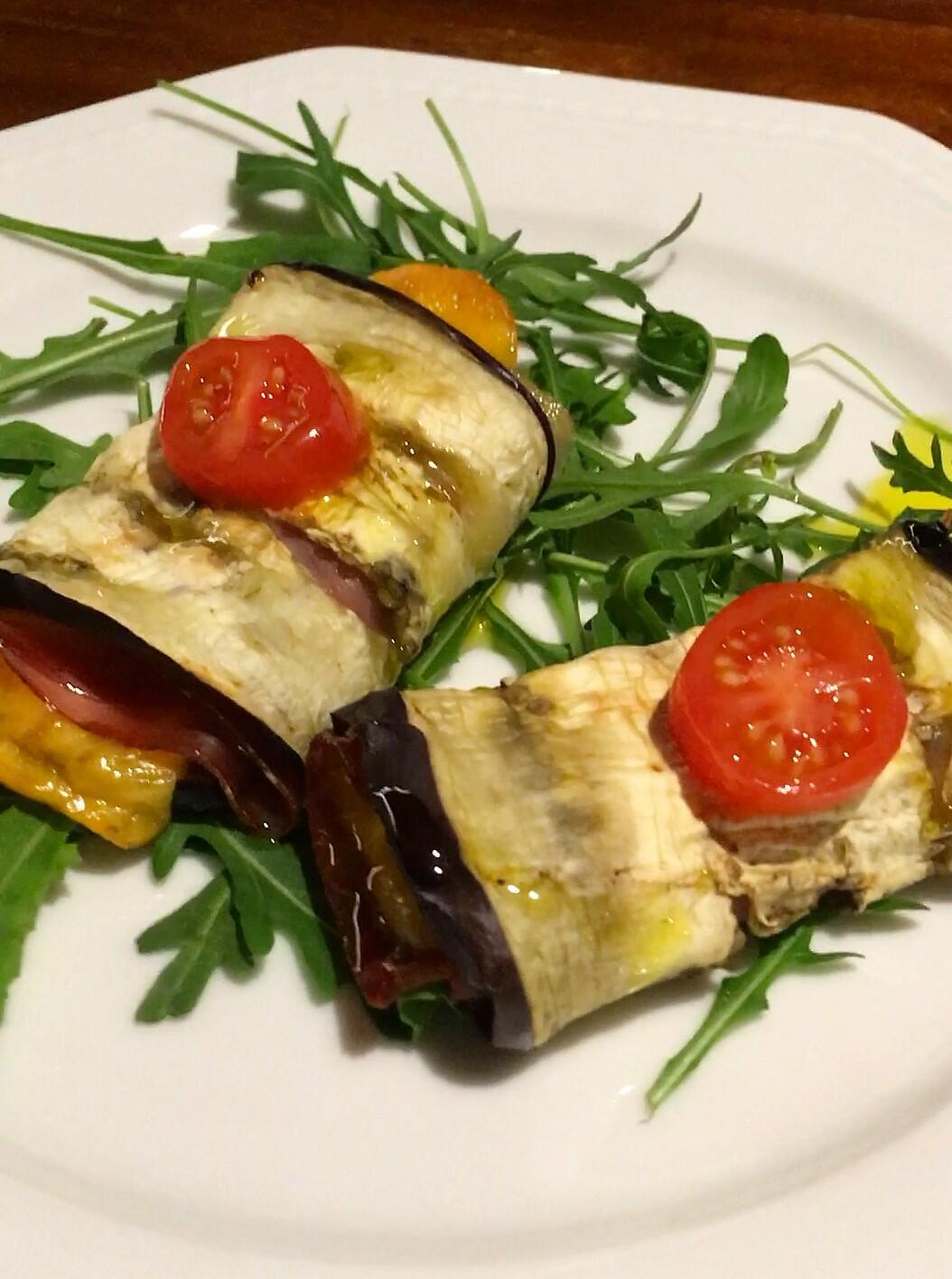 Involtini til antipasto med aubergine og cheddar ost